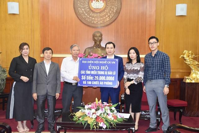 Trưởng ban Tuyên giáo UBTƯ MTTQ Việt Nam Vũ Văn Tiến tiếp nhận ủng hộ từ Hội nghề cá Việt Nam.