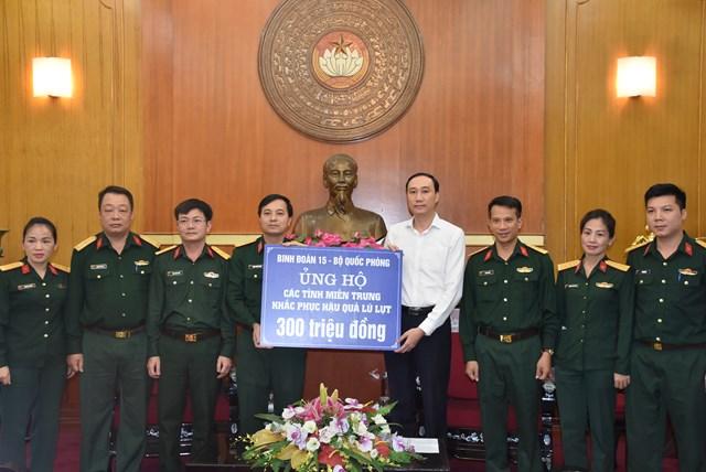 Phó Chủ tịch Phùng Khánh Tài tiếp nhận ủng hộ từ Binh đoàn 15 - Bộ Quốc phòng.
