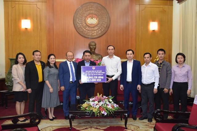 Phó Chủ tịch Phùng Khánh Tài tiếp nhận ủng hộ từ Liên đoàn Bóng đá Việt Nam và HLV Park Hang-seo.