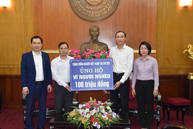 """Phó Chủ tịch Phùng Khánh Tài tiếp nhận ủng hộ Quỹ """"Vì người nghèo"""" từ Cộng đồng người Việt Nam tại Cộng hòa Séc."""
