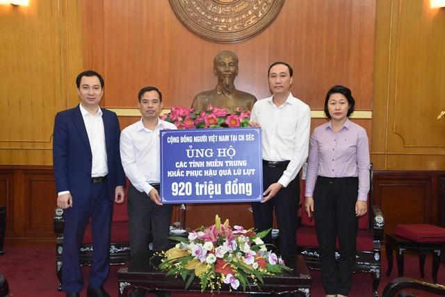 Phó Chủ tịch Phùng Khánh Tài tiếp nhận ủng hộ các tỉnh miền Trung từ Cộng đồng người Việt Nam tại Cộng hòa Séc.