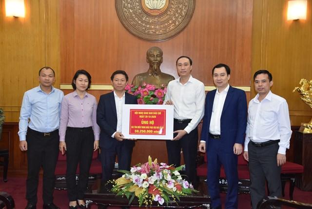 Phó Chủ tịch Phùng Khánh Tài tiếp nhận ủng hộ từ Đại biểu tham dự Hội nghị giao ban báo chí ngày 20/10/2020.