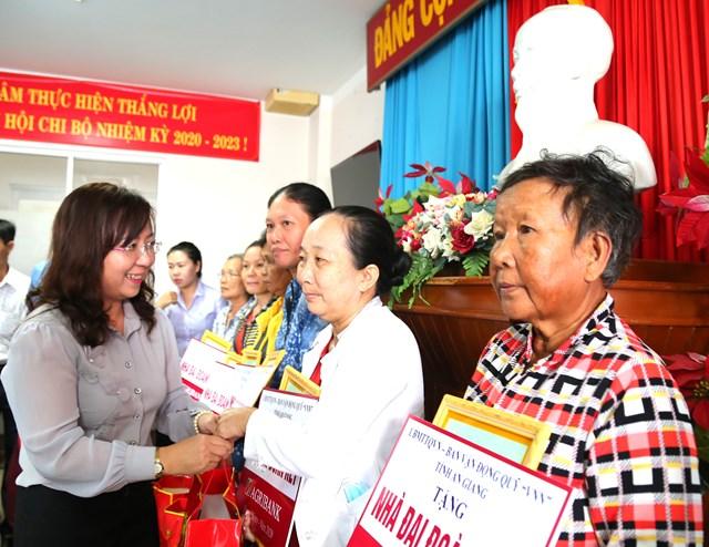 Trao bản tượng trưng nhà Đại đoàn kết cho bà con ở TP Châu Đốc