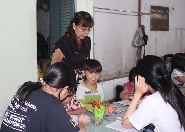 Lớp học của cô dạy từ lớp 1 đến lớp 9. mỗi năm cô nhận khoảng 30 em vào học.