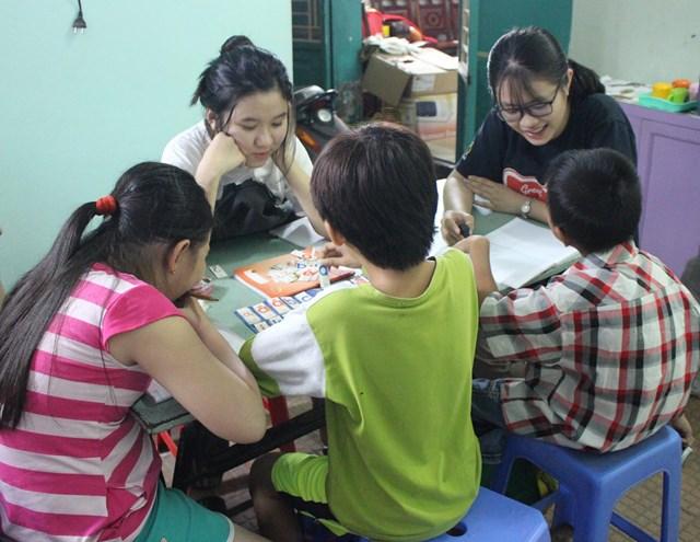 Ngưỡng mộ tấm lòng yêu trẻ của cô Uyên các bạn tình nguyện viên là sinh viên của các trường sau giờ học cũng đến dạy kèm miễn phí cho các em.