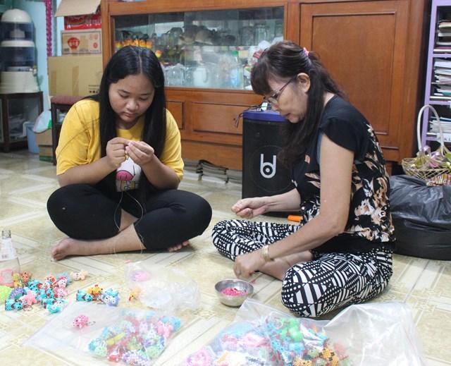 Để có thêm kinh phí tổ chức các hoạt động vui chơi cho các em cô mài mò học rồi dạy lại nghề làm móc khóa cho các em.