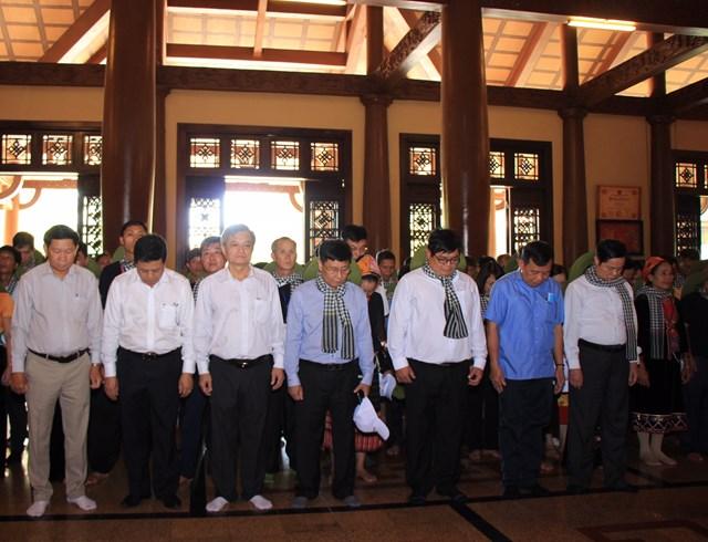 Các thành viên trong đoàn dâng hương tưởng niệm các anh hùng liệt sĩ.