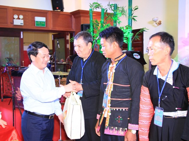 Phó Chủ tịch – Tổng Thư ký UBTƯMTTQ Việt Nam Hầu A Lềnh trao quà cho các Già làng, Trưởng bản tại buổi giao lưu.