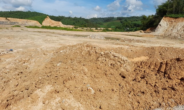 Hoạt động khai thác đất trái phép diễn ra trong thời gian dài ở xã Đồng Tân, nhưng chính quyền địa phương không có biện pháp ngăn chặn