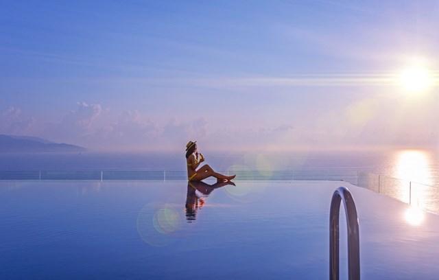 Bể bơi vô cực với view ôm trọn bờ biển Mũi Né tuyệt đẹp.