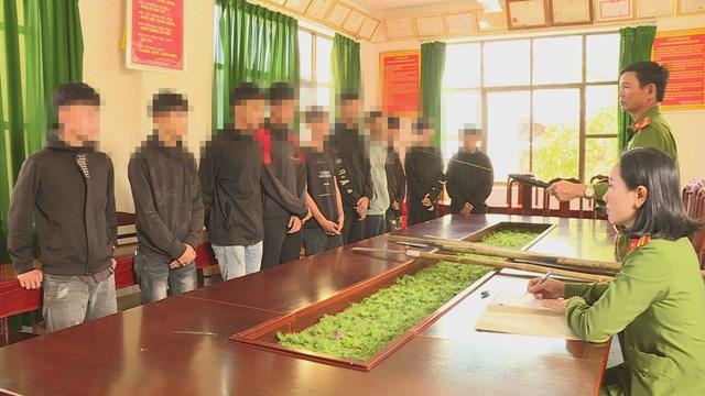 Nhóm học sinh, thanh thiếu niên tại cơ quan Công an.