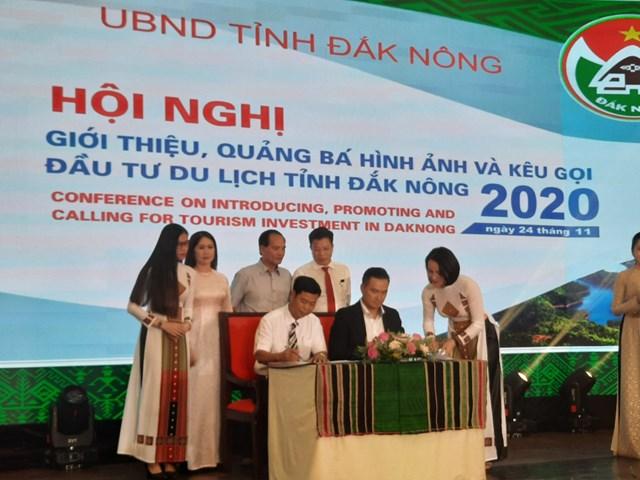 Đại diện tỉnh Đắk Nông và Công ty Cổ phần du lịch Hiểu về trái tim ký biên bản ghi nhớ về đầu tư du lịch.