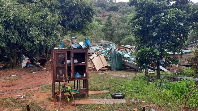 Nhiều căn nhà của người dân bị đổ sập hoàn toàn do sạt lở.