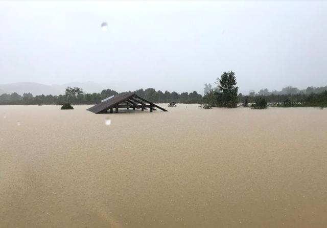 Một số ngôi nhà của người dân sống tại khu vực lòng hồ Krông Pách thượng bị ngập sâu trong nước.