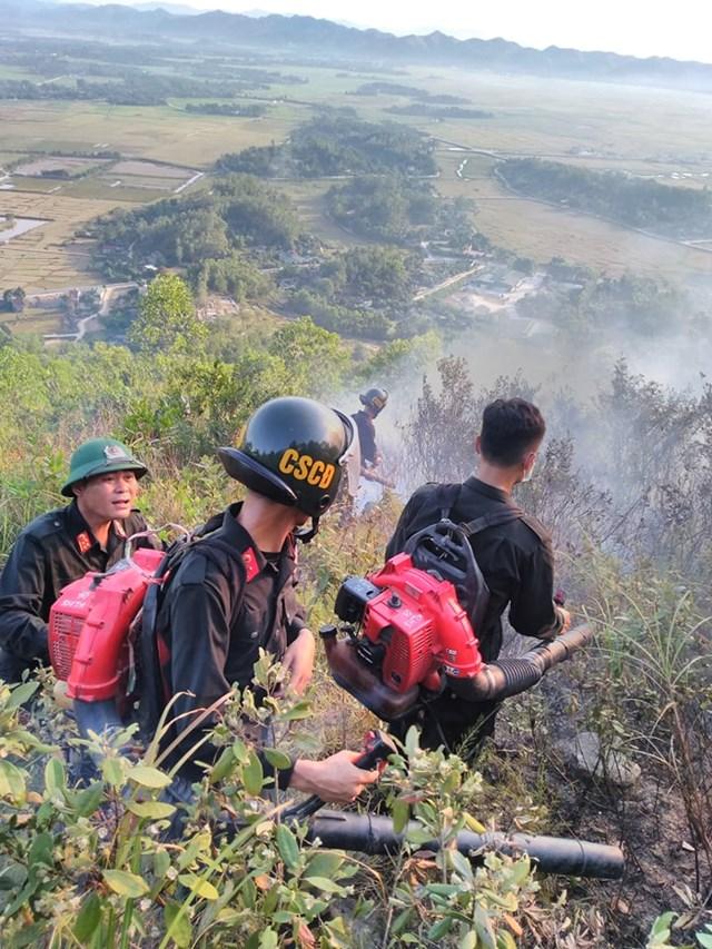 Hơn 500 ngườiở huyện Hương Sơnđược huyđộngđến hiện trường dập lửa cứu rừng.