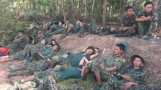 Phút nghỉ ngơi sau khi dập lửa xuyênđêm của lực lượng Bộđội biên phòng Hà Tĩnh.