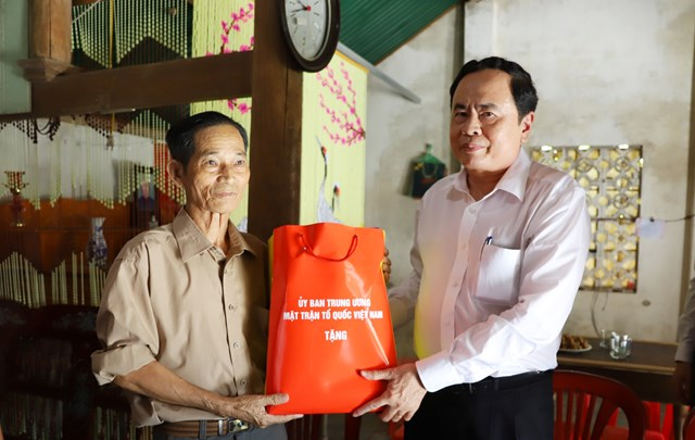 Chủ tịch Trần Thanh Mẫnân cần trao món quà cho thương binh Nguyễn Thế Vinh.