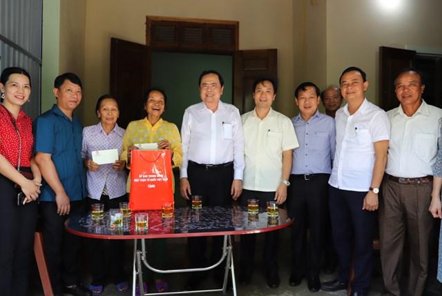 Đoàn công tác chụpảnh lưu niệm cùng giađình TNXP Nguyễn Thu Hồng.