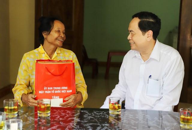 Chủ tịch Trần Thanh Mẫn đến thăm gia đình TNXP Nguyễn Thu Hồng tại Thị trấn Nghèn, huyện Can Lộc.