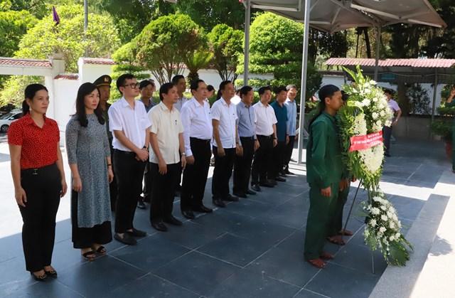 Đoàn công tác dâng hoa tại Khu di tích Ngã baĐồng Lộc.