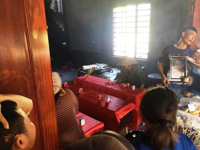 Ba quan tài nhỏđặt cạnh nhau trong chính ngôi nhà mới cháy vẫn còn nham nhở.