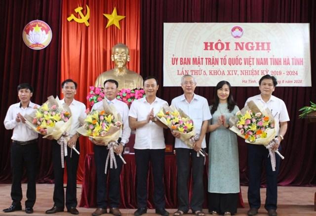 Ban Thường trực Ủy ban MTTQ tỉnh Hà Tĩnh tặng hoa chúc mừng 4 vị ủy viên mới.