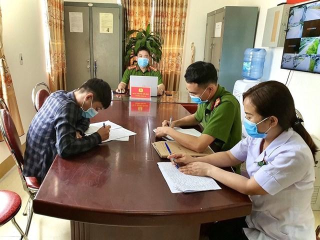 D.N.K làm việc với Công an xã Thạch Đài. Ảnh: Hồ Quang.