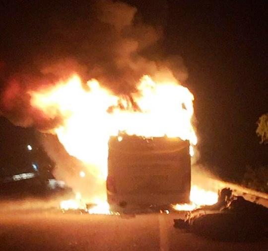 Đang lưu thông, xe khách bất ngờ bốc cháy ngùn ngụt.