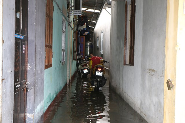 Nước tràn vào một dãy trọ ở TP Hà Tĩnh.