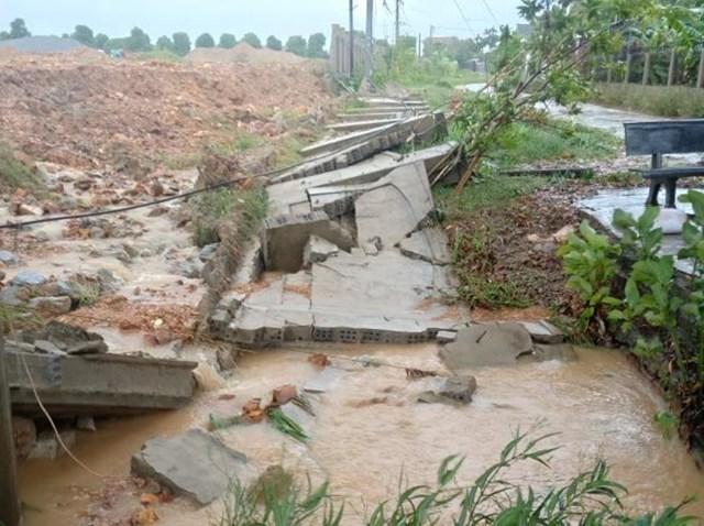 Bão số 5 và hoàn lưu sau bão làm gãy đổ tường nhà dân ở phường Thạch Linh, TP Hà Tĩnh.