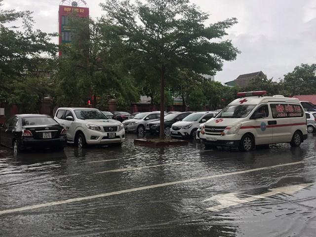 Nước tràn lênh láng vào cả sân Bệnh viện đa khoa tỉnh Hà Tĩnh.