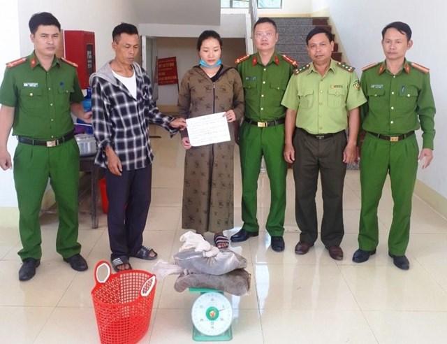 Đinh Huyền Trang bị bắt cùng tang vật.