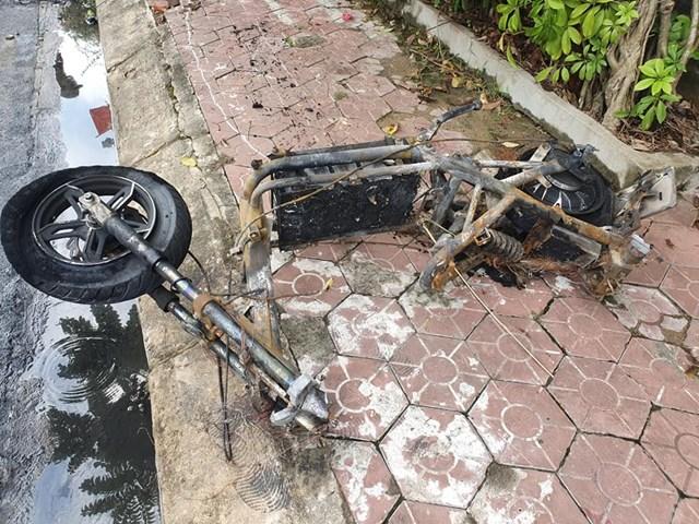 Chiếc xe máy điện này được sạc qua đêm, gây cháy.