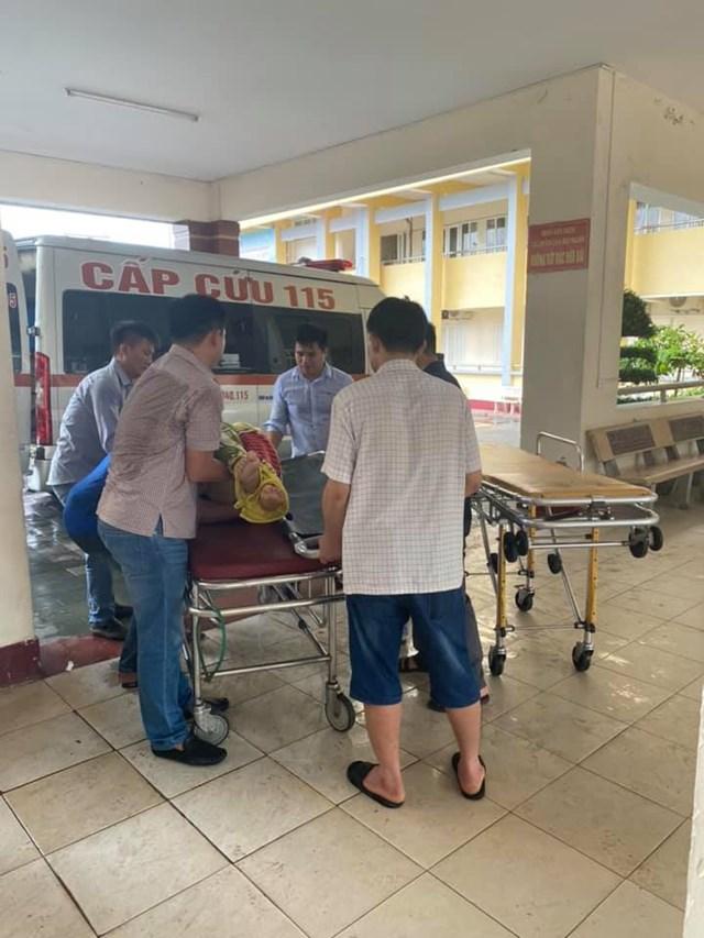 Hai nạn nhân được cấp cứu tại Bệnh viện đa khoa Hà Tĩnh.