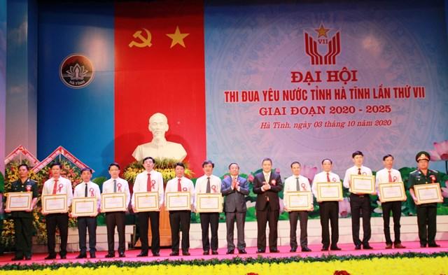Chủ tịch UBND tỉnh Hà Tĩnh Trần Tiến Hưng trao tặng bằng khen cho các tập thể tiêu biểu.