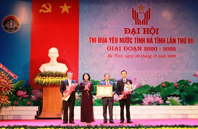 Đại diện cho Đảng bộ, chính quyền và Nhân dân tỉnh Hà Tĩnh nhận bằng khen của Thủ tướng Chính phủ do Phó Chủ tịch nước Đặng Ngọc Thịnh trao tặng.
