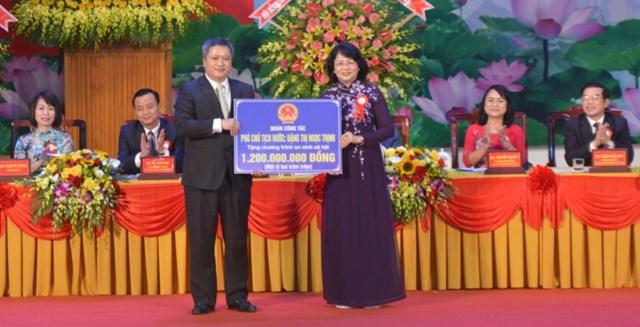 Phó Chủ tịch nước trao tặng Hà Tĩnh 1,2 tỷ đồng.