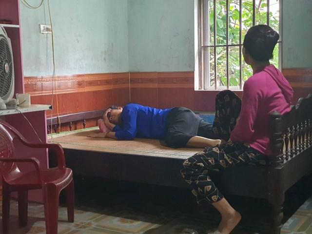 Bà Lê Thị Bằng (SN 1961), mẹ ruột của anh Trương Văn N. đau đớn gào khóc tên con.