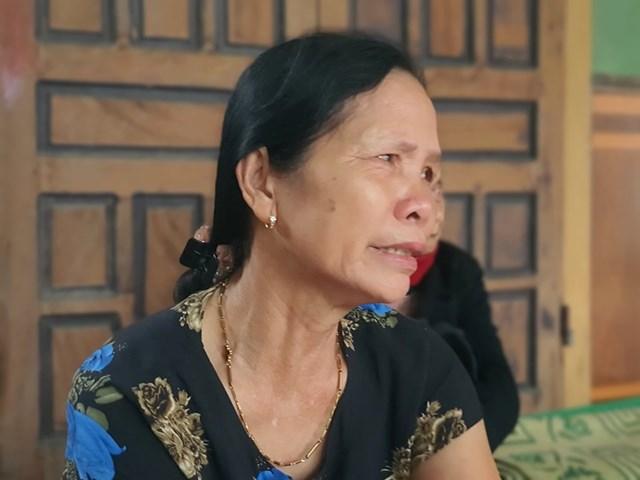 Bà Lê Thị Long (62 tuổi, mẹ ruột của S). nước mắt lưng tròng khi nghĩ về đứa con xấu số Lê Văn S.