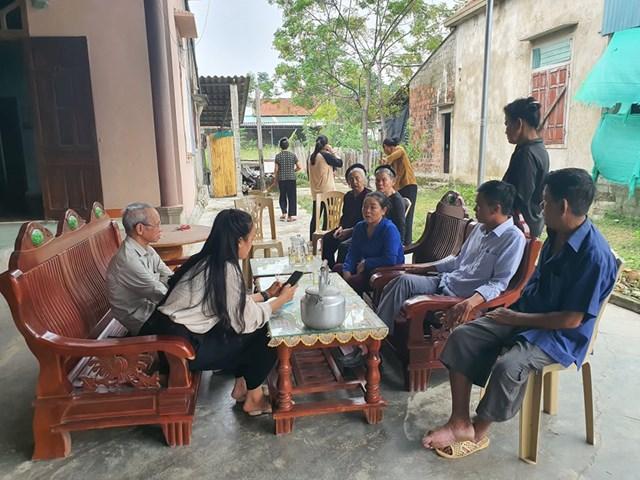 Hàng xóm, láng giềng đến động viên gia đình anh Lê Văn H.