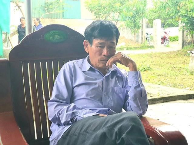 Ông Lê Văn Thiện, bố vợ H. ngồi thẩn thờ sau khi hay tin con rể đã tử nạn.