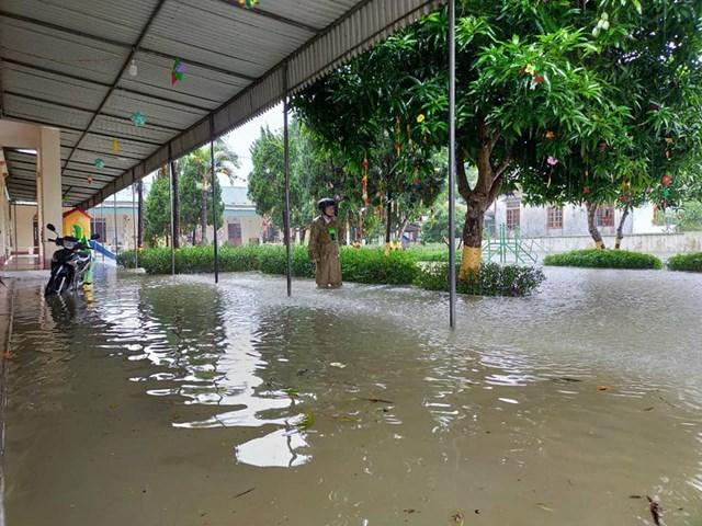 Nước ngập sân trường học ở huyện Can Lộc.