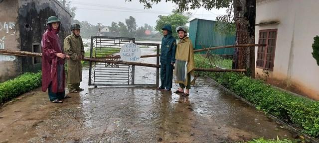 Xã Trung Lộc (Can Lộc, Hà Tĩnh) chốt chặn bảo vệ nơi tuyến đường ngập lũ.
