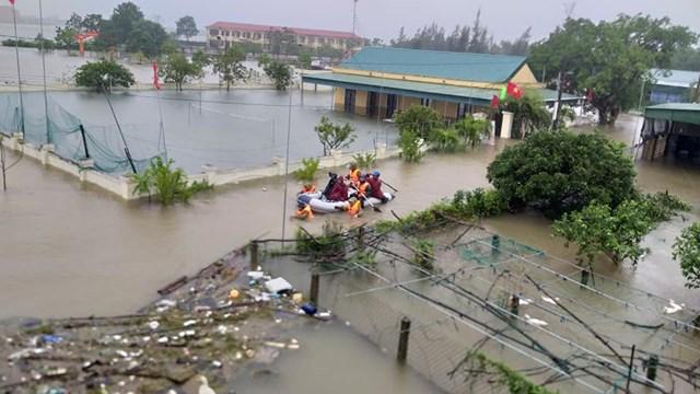 Lực lượng cứu hộ sơ tán dân ở xã Thạch Bình, TP Hà Tĩnh đến nơi an toàn.