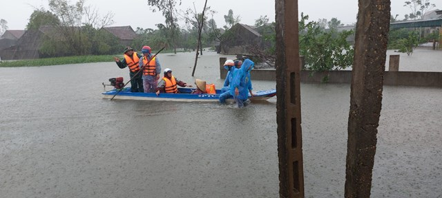 Lực lượng cứu hộ ở xã Tùng Lộc đưa người dân vùng nguy hiểm đến nơi an toàn.