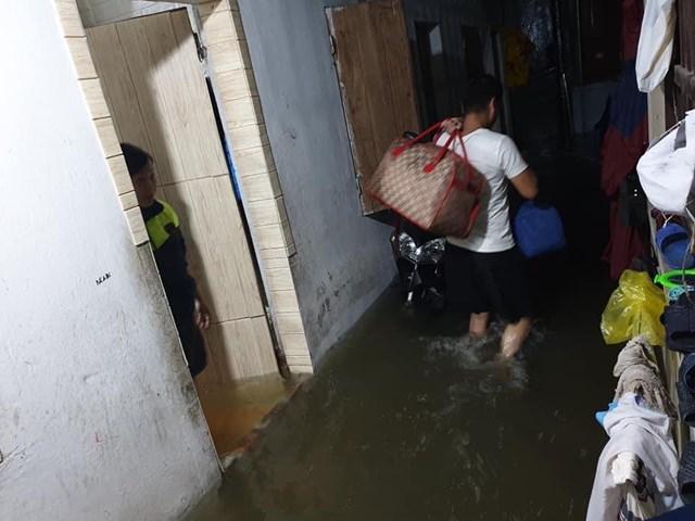 Nước tràn vào nhà trong đêm, một hộ dân ở TP Hà Tĩnh phải di dời đến nơi an toàn.