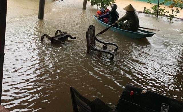 Người dân xã Vĩnh Lộc (Can Lộc, Hà Tĩnh) phải chèo thuyền để di chuyển.