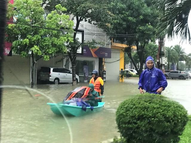 Lực lượng cứu hộ phải tăng cường thêm ca nô để ứng cứu người dân.