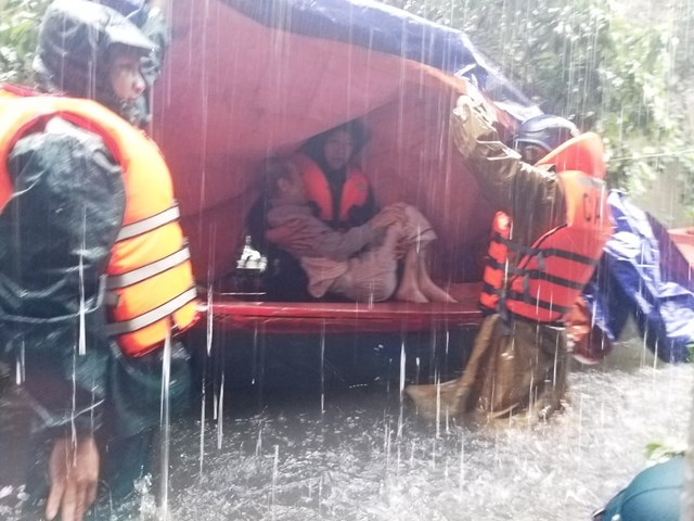 Lực lượng cứu hộ tập trung đưa người già, trẻ nhỏ ra khỏi vùng nguy hiểm.