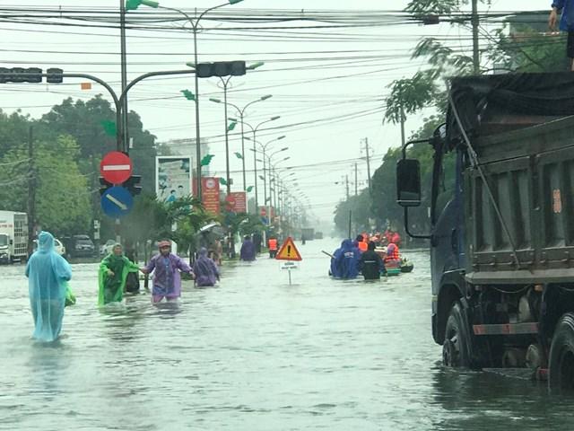 Nước chảy xiết qua QL1A, đoạn qua phường Hà Huy Tập, TP Hà Tĩnh.
